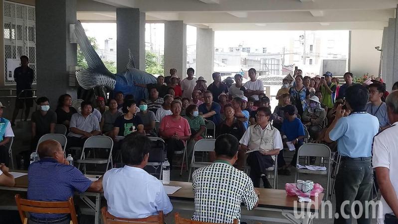 綠能業者在台南北門設太陽能板地方有疑慮,要求先停工再開說明會。記者謝進盛/攝影
