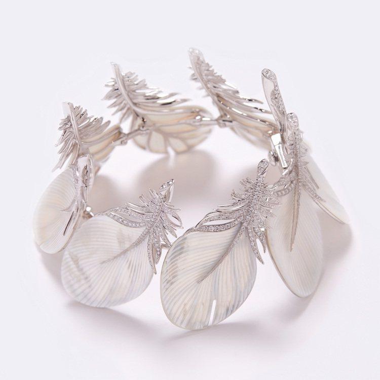 昆凌手上配戴的Caresse de Plume主題手環,將柔美的母貝,轉化成輕盈...