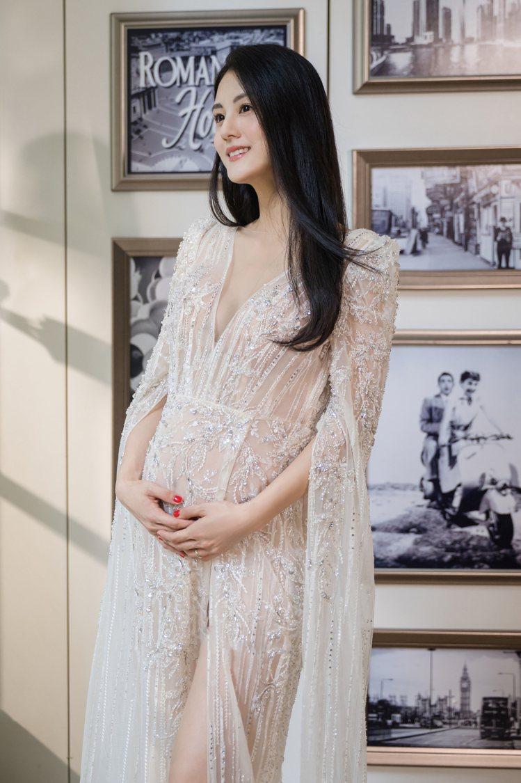 宋紀妍穿LinLi Boutique 2020春夏的白金系列高級訂製禮服,尺度超...