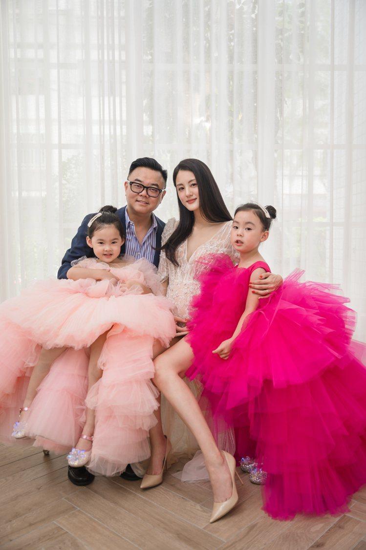 女星宋紀妍與老公麥升陽和兩個女兒拍攝全家福。圖/LinLi Boutique提供