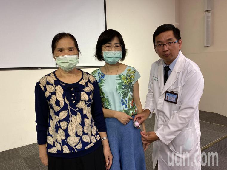 醫師洪誌鴻(右)說明,陳姓女病患(中)接受置換髖關節手術,當天就能出院返家。記者...