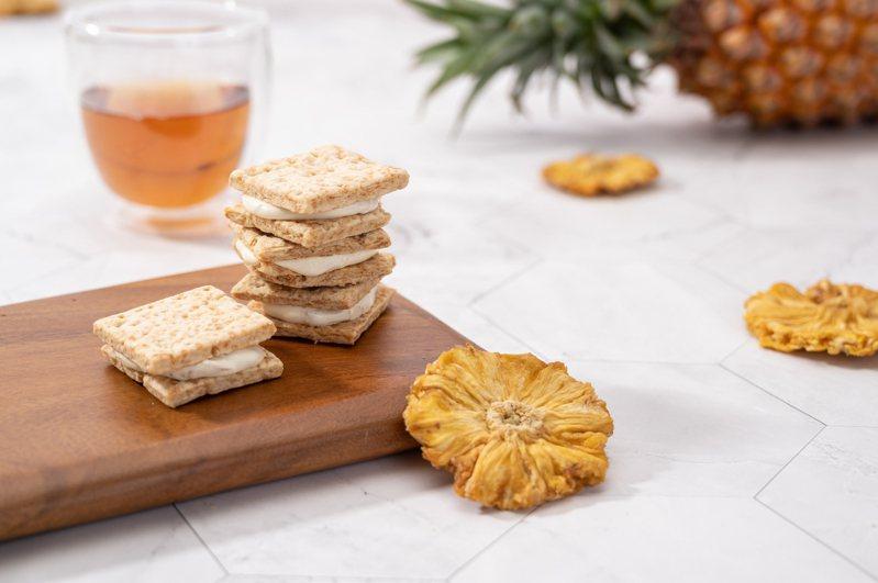 吉室牛軋米餅於中秋限定禮盒中推出「金鑽鳳梨」新口味,選用屏東枋山金鑽鳳梨。圖/吉室提供