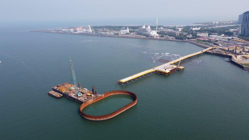因今年無颱風影響施工,淡江大橋主橋塔鋼管圍堰合龍提前兩個月完成。圖/公路總局提供