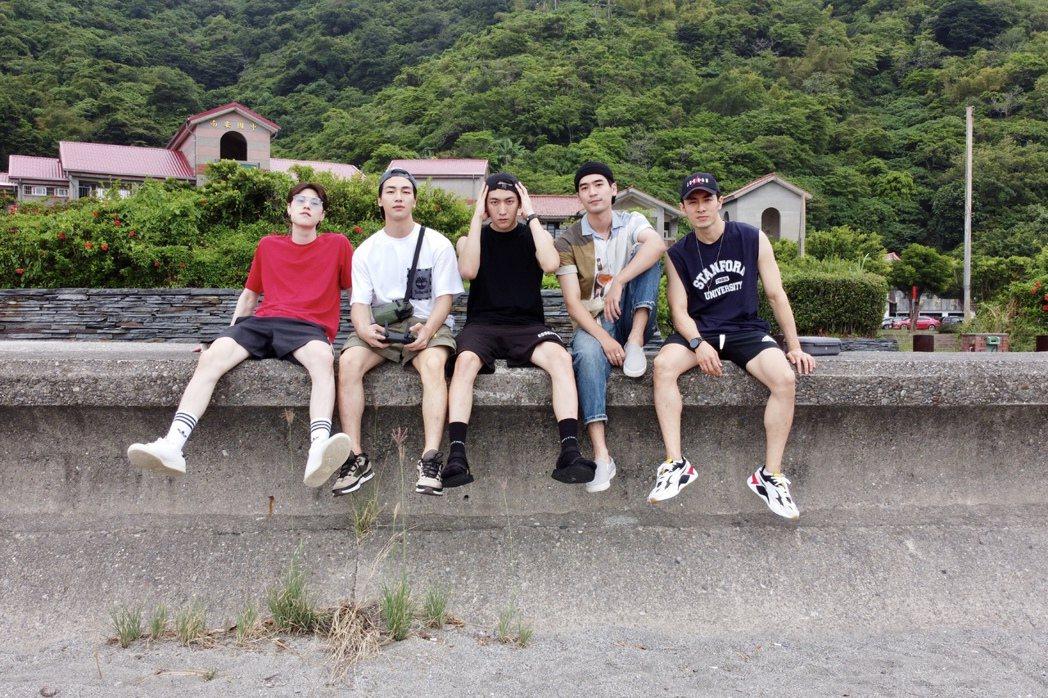 英承晞(左起)、張洛偍、黃宏軒、涂善存、管麟重回「飛魚高校生」拍攝地。圖/周子娛...