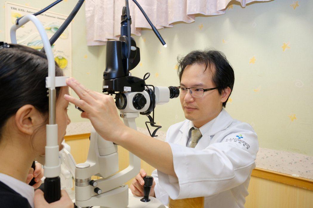 聯新國際醫院眼科主任張文瑞表示,秋冬是乾眼症好發季節。圖/聯新國際醫院提供