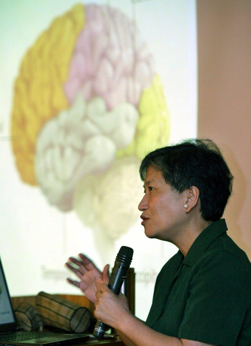 大腦一直不停隨著環境的需求而改變。圖為洪蘭教授2006年以「從腦科學談起」為題演講,解說人類對大腦的運用與瞭解。圖/聯合報系資料照片