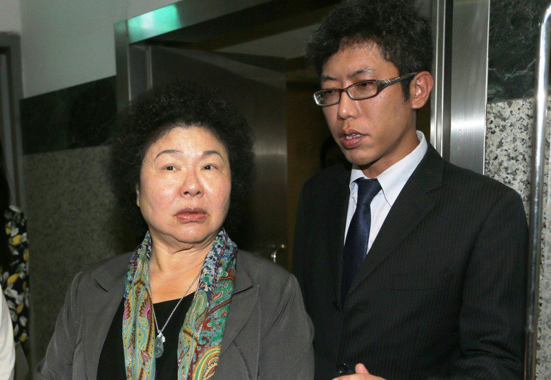 丁允恭(右)2009年前往高雄市擔任市長室祕書,正式成為「菊系人馬」。圖/聯合報系資料照片