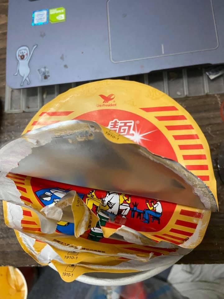 原PO買到一款有多層上蓋的泡麵。圖擷自爆怨公社