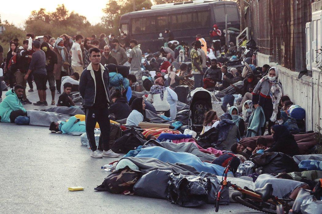 火災逃難,萬人流離失所。隨之而來的安置與疫情擴散危機,也引發外界憂心。 圖/法新...