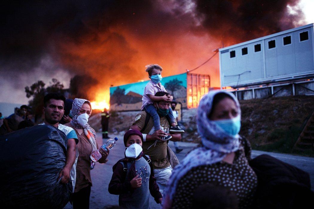 希臘官方表示火災是「難民反對營區隔離之後發生」,因此也有謠傳是不滿隔離政策的難民...