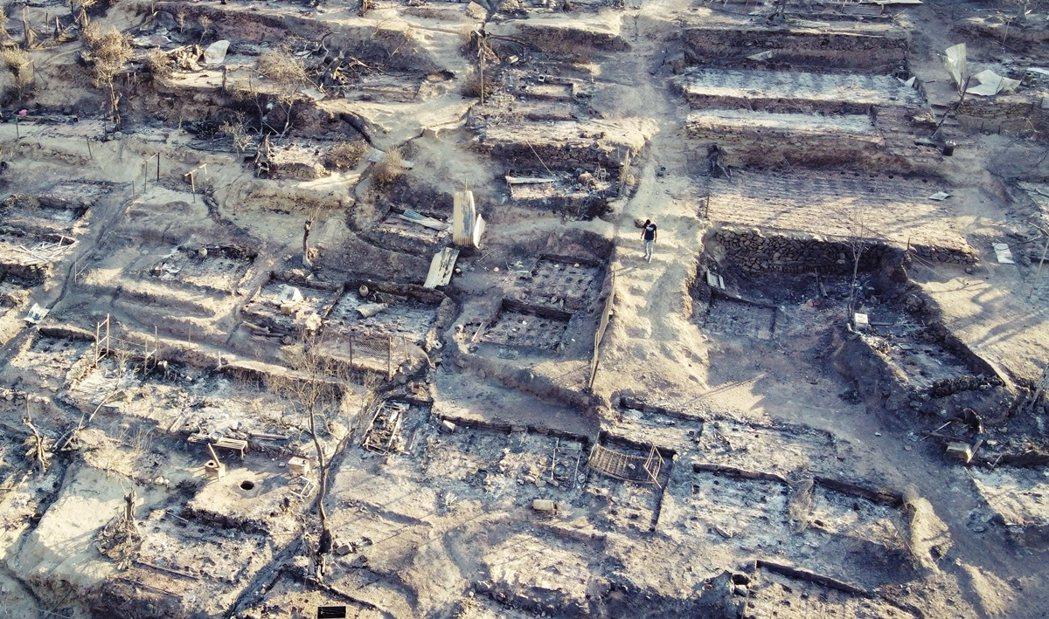 希臘摩利亞萬人難民營於9日發生大火,被火舌吞噬過後的難民營空拍一角。 圖/路透社