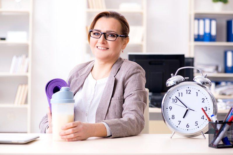 不少人對於工作累積了許多怨言,其中「準時上下班」是最多人希望能達成的目標。圖片來源/ingimage