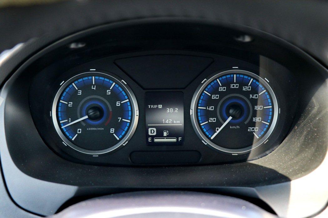 傳統雙環式儀表板,中間則有多功能行車資訊顯示幕。 記者陳威任/攝影