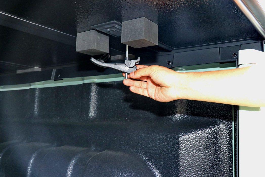 透過固定裝置可以將後貨斗三折上蓋開啟或上鎖。 記者陳威任/攝影