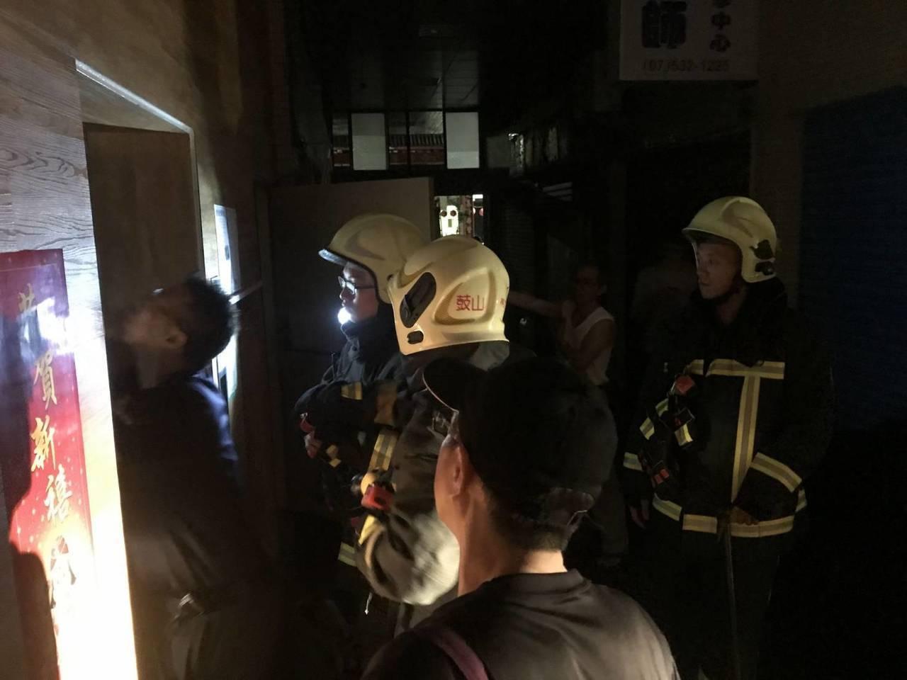 消防局提醒,電梯通常有緊急按鈴設備,受困時可先按鈴向外求援,或是打119報案。,...