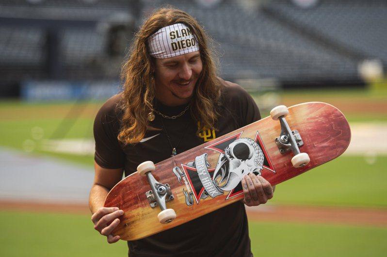 克里文格喜獲滑板大師敬贈的首勝禮。 取自教士推特