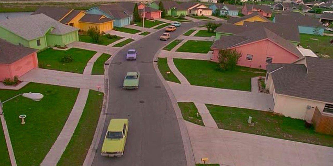 電影中的粉色調社區,與庭院中的灌木叢設計,都是由幕後團隊實際打造而成。  圖/D...