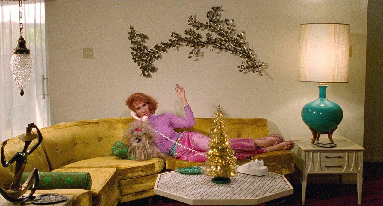 Welch將房屋粉刷為褪色般的柔合色調,以60年代風格的流行元素作為裝飾,並縮小...