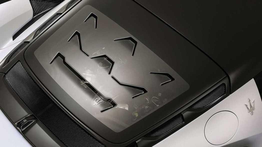 在引擎蓋上的散熱孔也巧妙的做出三叉戟的圖案。 摘自Maserati摘自Maser...
