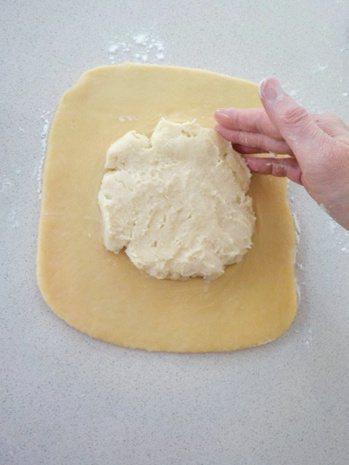 港式酥皮蛋塔:在工作桌及醒製好的酥皮麵團表面撒上少許中筋麵粉,擀開成為正方形,中...