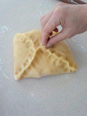 港式酥皮蛋塔:四周的油皮麵皮往中間折包住油酥,收口捏緊。 圖/幸福文化 提供