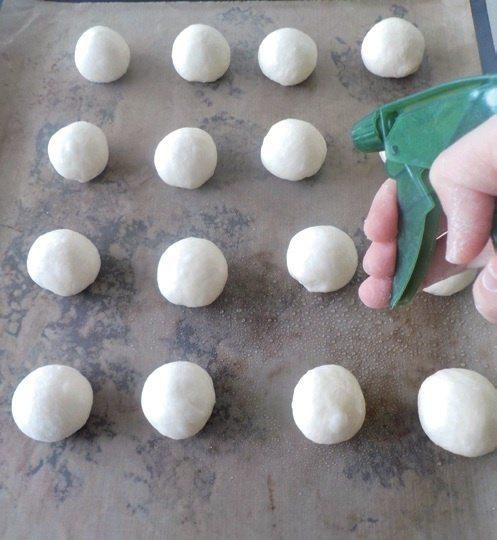 義式甜甜圈:整齊排放在烤盤,表面噴水整盤放烤箱再發30分鐘。 圖/幸福文化 提供