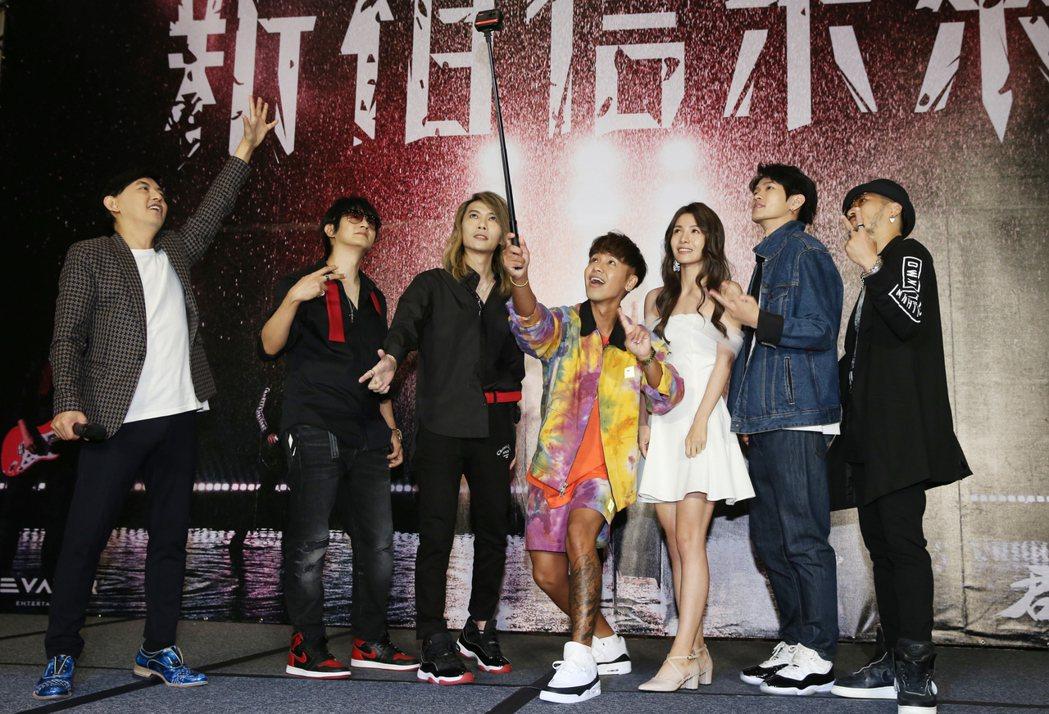 華語樂壇的「動靜樂團」,在神隱15年之後,今天推出繼往開來的新歌《新相信未來》,...