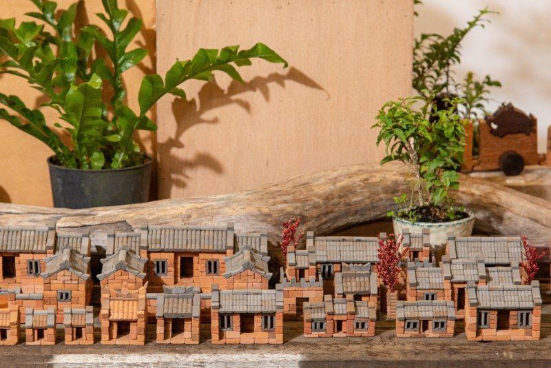 「小磚疊疊樂」讓人體驗蓋屋的樂趣,傳統古樸,像極了台灣版的樂高玩具。 圖/宜蘭縣...
