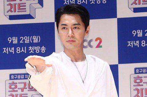 神話成員前進JunJin因韓國新冠疫情擴散決定延期婚禮並以非公開形式舉辦。9日,經紀公司CI娛樂相關人士表示,JunJin推遲了原定於9月13日舉行的婚禮。此前5月,JunJin宣布了與空姐結婚的消...