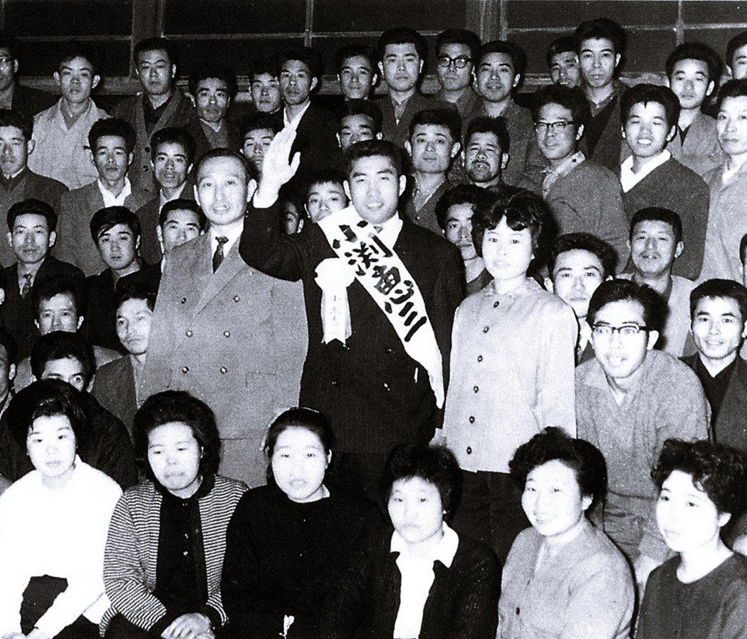 圖為1963年第30屆眾議院總選舉,時年26歲、仍在念大學的小淵惠三,繼承父親衣...