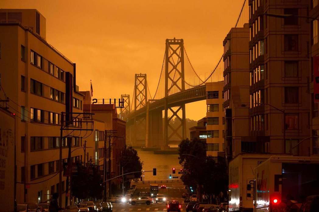 9日,舊金山灣區的天空被末日般的橘紅色浸染,舊金山也創下連續25天的空氣品質警告...