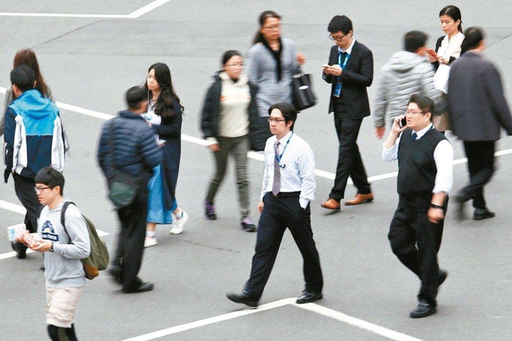 經濟復甦、畢業生投入職場 7月受僱員工增3.7萬人