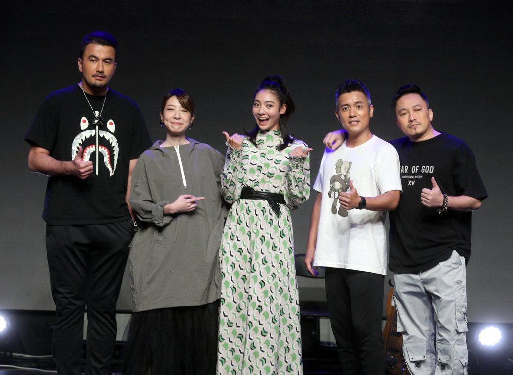 海霧5G魔幻電影演唱會,范逸臣(右二)、黃志瑋(左起)、路嘉欣、謝沛恩、導演錢人...