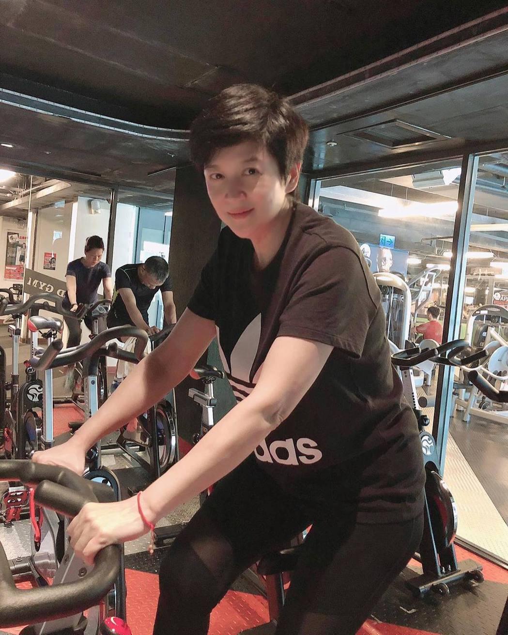 崔佩儀分享自己健身運動照。圖/擷自臉書