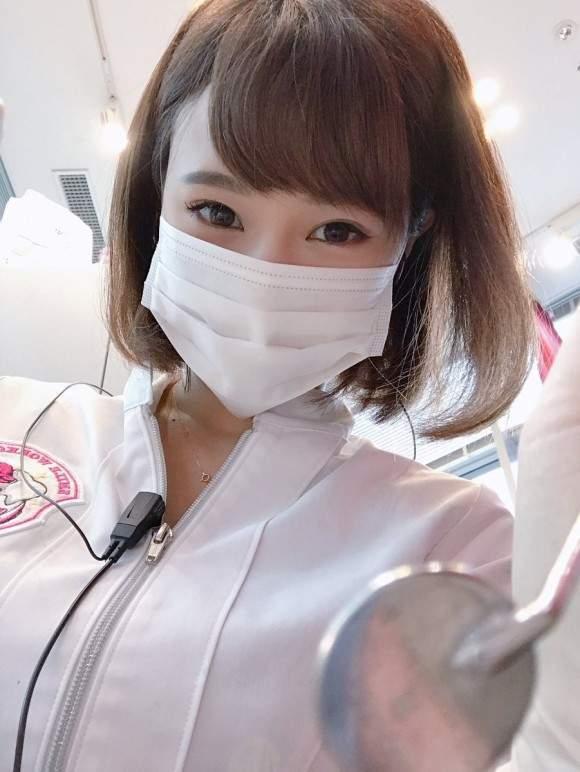 日本口腔衛生師西原愛夏,也是一名兼職寫真模特兒。 圖/取自「manakanishihara」IG