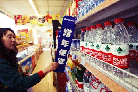 一瓶賣2塊人民幣的礦泉水,就能讓農夫山泉賺入1.2元。 圖/中新社