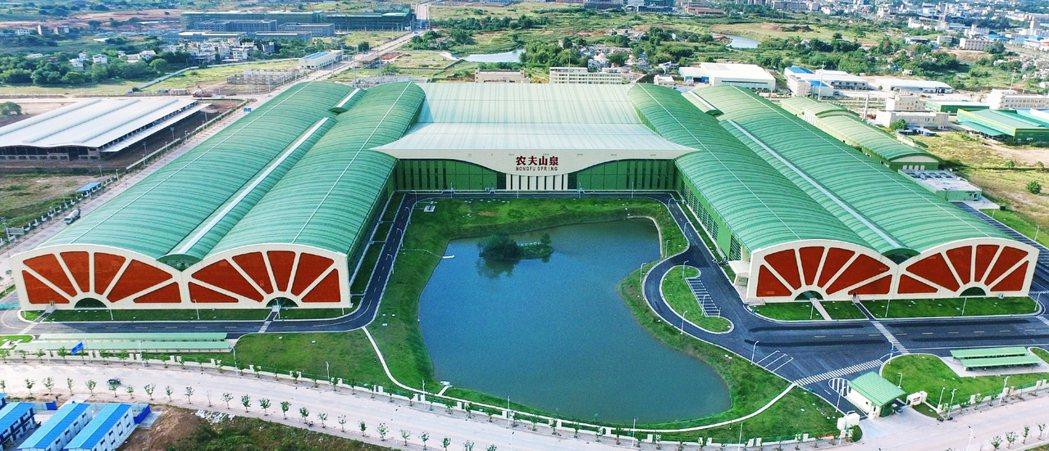 農夫山泉號稱「堅守『從不使用城市自來水』的理念,始終堅持水源地建廠,水源地生產」...