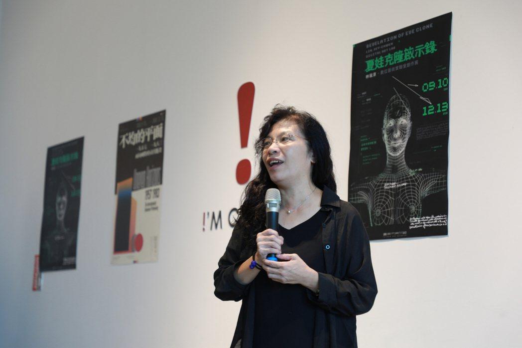 藝術家林珮淳開心分享自己的創作。南美館/提供
