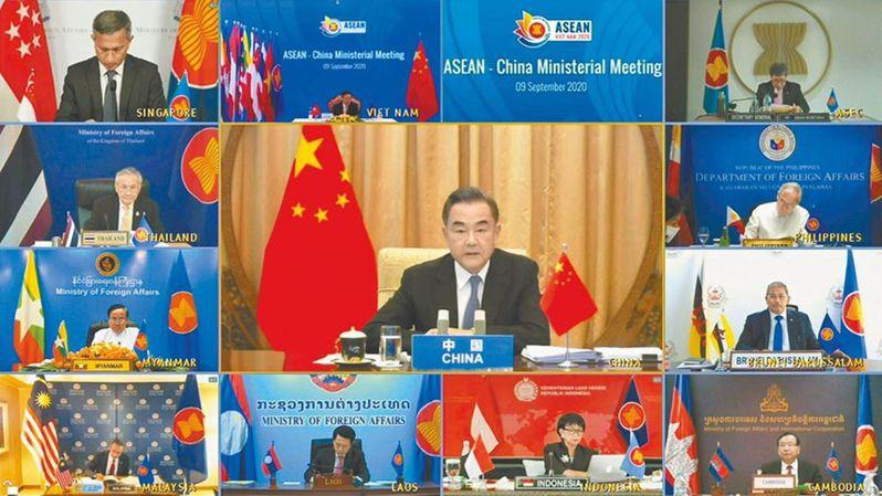 東盟外長峰會再度成為中美角力場所。圖為中國外長王毅在視訊會議上發表講話。美聯社