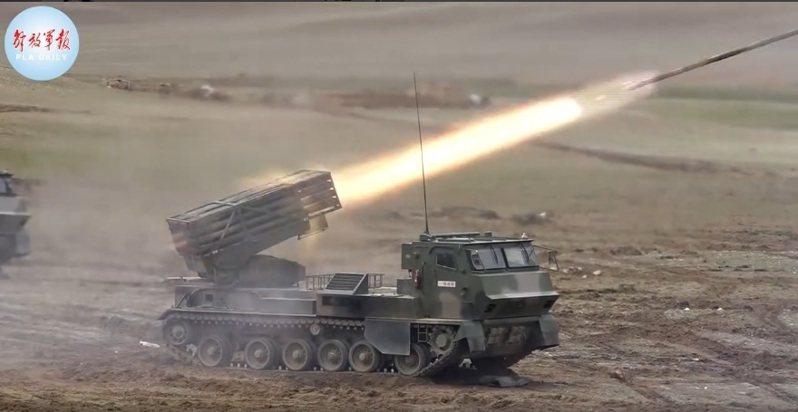西藏軍區火炮發射畫面。(視頻截圖)