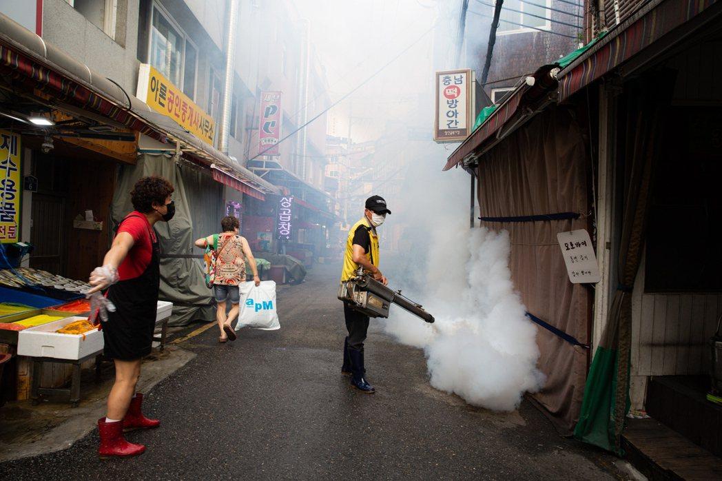圖為南韓有關當局加強全國各地的消毒工作。歐新社