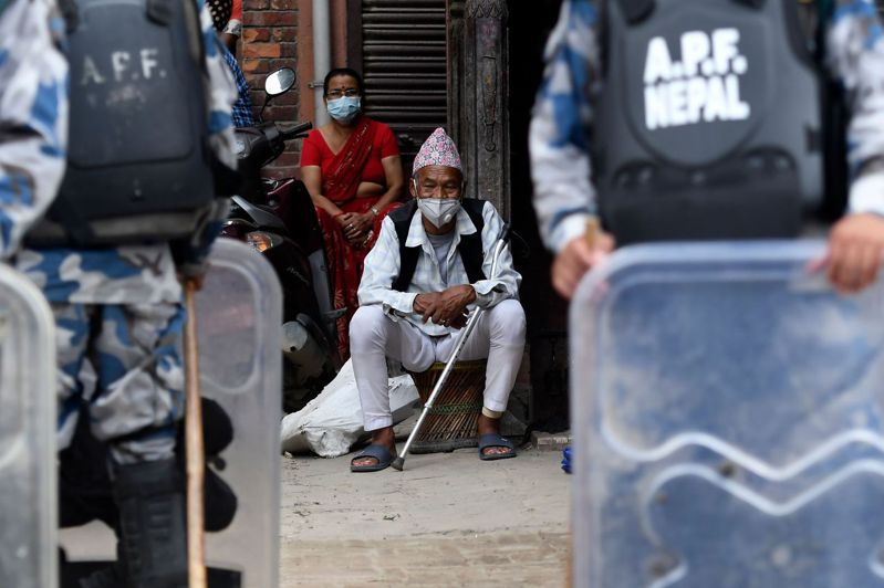 尼泊爾透過蒐集廢水樣本來追蹤2019冠狀病毒疾病(COVID-19,新冠肺炎)的擴散情況,這對尼泊爾這個資源短缺國家來說,是個實惠的防疫作法。 法新社