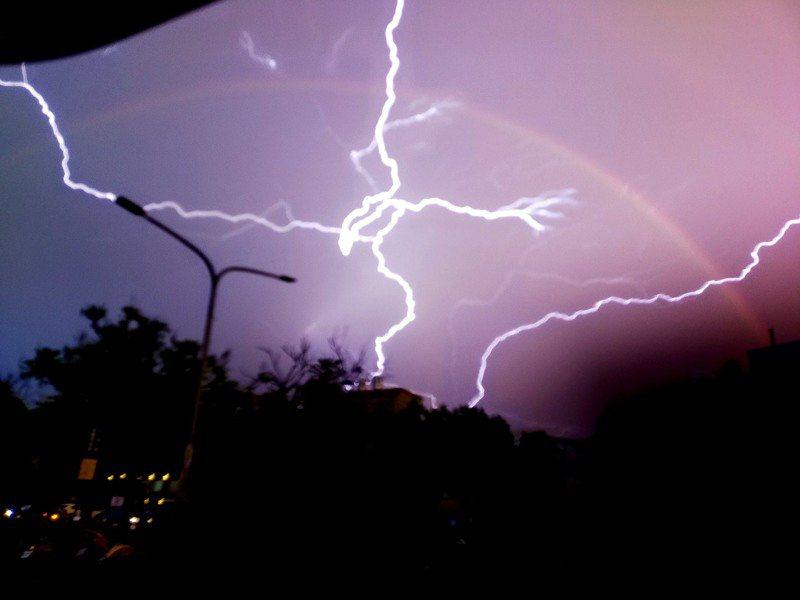 台東10日下午雷雨交加,黃姓女子拍到「閃電和彩虹共舞」奇景,她開心將照片PO上網與大家分享,直呼自己太幸運了。圖/黃恩倍提供