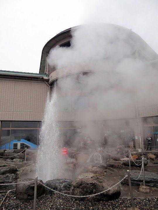 噴發中,高度約十米