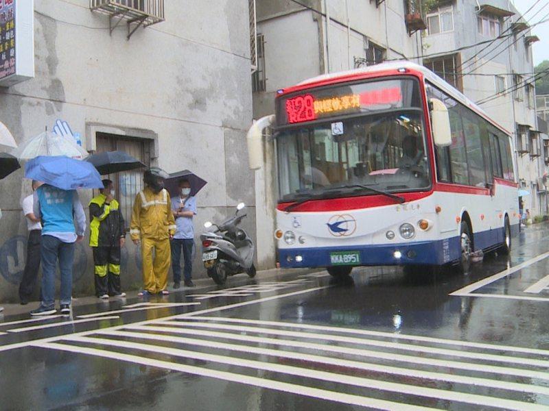 淡水區鄧公路23巷跳動路面,頻繁噪音讓附近居民受不了。 圖/紅樹林有線電視提供