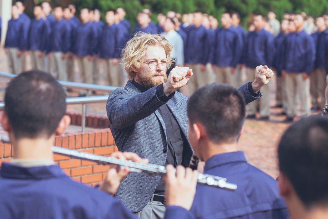 法比歐飾演管樂社團指導老師。圖/氧氣電影提供