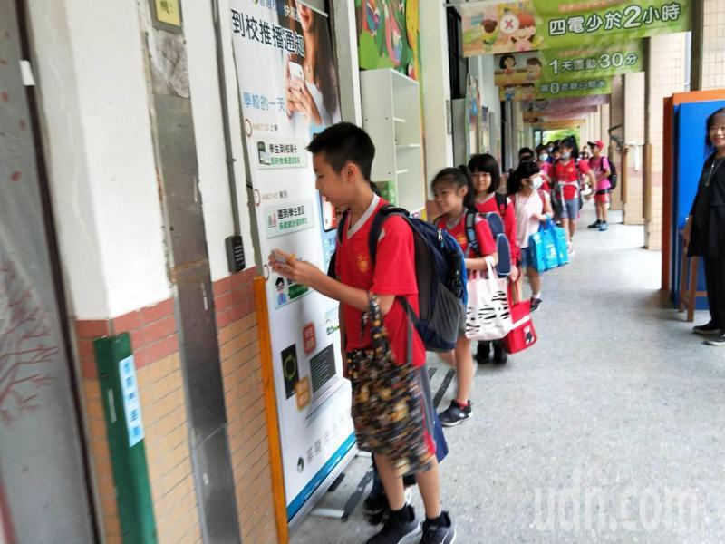 「嗶,您的孩子已到校」,基隆3萬學生今起全面刷卡,還可線上請假。記者游明煌/攝影