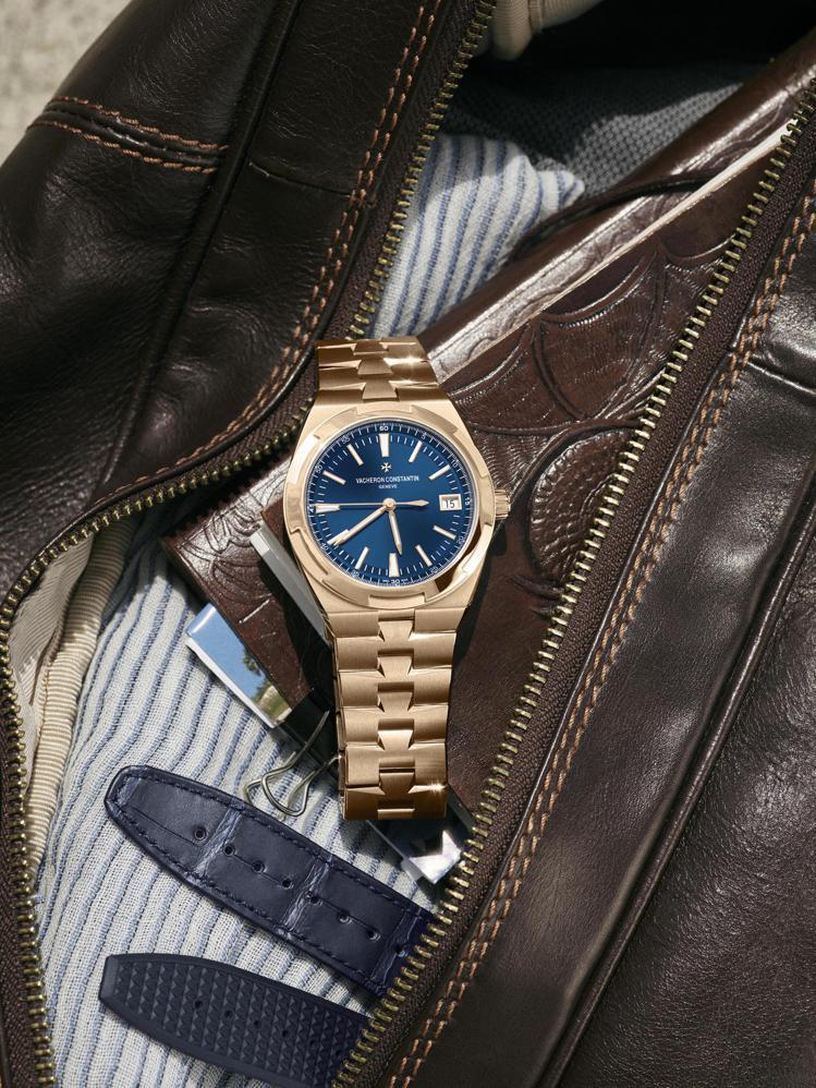 江詩丹頓今年在上海鐘表與奇蹟展推出Overseas粉紅金腕表搭配藍色表面,散發奢...