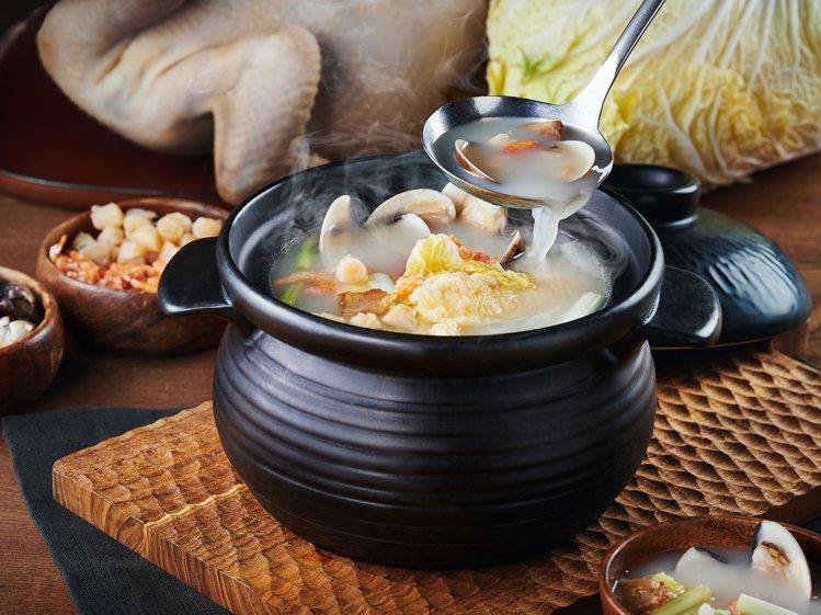 「翠玉白菜燉軟豆腐」,選用多種食材熬煮,乃是莆田鎮店之菜。圖/王品提供