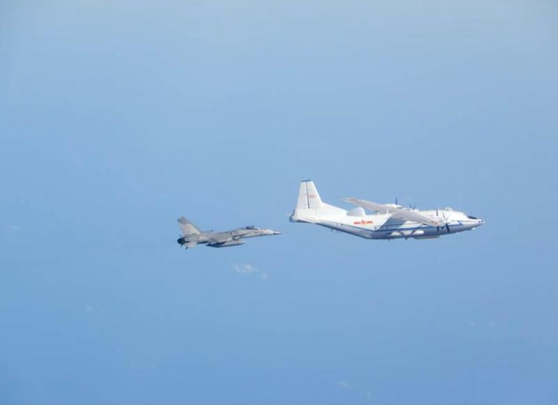 國防部2018年曾公布一張我空軍監控共軍運八照,左為我IDF經國號戰機。圖/國防部提供